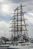 На паруснике в порте матросов Владивостока на рангоутах поднимите колоризацию флагов Стоковая Фотография