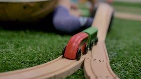 На переднем плане поезд игрушки на дороге, которая состоит из частей акции видеоматериалы