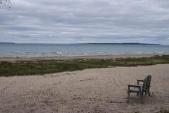 На песчаном пляже на озере стоковая фотография rf