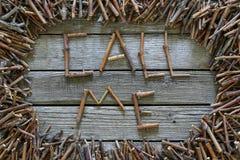 Надпись вызывает меня с деревянными ручками на деревянной предпосылке Стоковые Изображения RF
