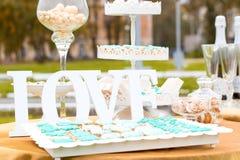 Надпись влюбленности на украшенной таблице свадьбы торта Стоковое Изображение RF