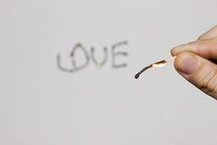 Надпись горящих спичек: влюбленность Стоковое Изображение
