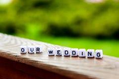 Надпись кубов наше weddimg на деревянном столе Стоковое Изображение