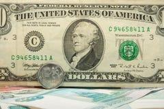 Надпись на 10 10 долларовой банкноты покрыла монетку рубля Стоковая Фотография