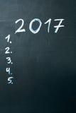 Надпись 2017 оно перечисляет нарисованный с мелом на темноте классн классного школы Стоковое фото RF