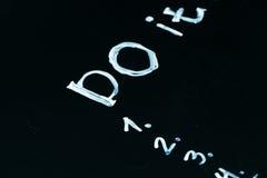 Надпись оно перечисляет нарисованный с мелом на темноте классн классного школы Стоковое Фото