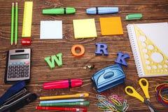 Надпись ` работы ` с рамкой школьных принадлежностей Стоковые Фото