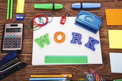 Надпись ` работы ` с рамкой школьных принадлежностей Стоковое Фото