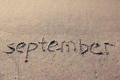 Надпись СЕНТЯБРЬ на нежном песке пляжа Стоковое Изображение