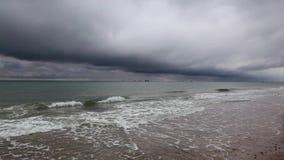 На пляже в Skagen после проливного дождя, Дания акции видеоматериалы