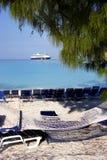 На пляже туристическим судном стоковые фотографии rf