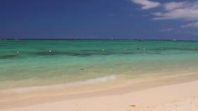 На побережье Индийского океана Trou вспомогательное Biches, Маврикий акции видеоматериалы