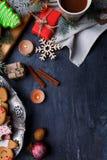 На поверхности план свечей, циннамона, снежинок, рождественской елки, чашки чаю и пряника Стоковые Фотографии RF