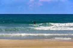 На погоде Средиземного моря соответствующей для серфинга стоковые фотографии rf