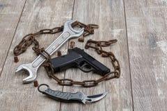 На поле план от цепи, пистолета, боеприпасов и ключа Стоковое Фото