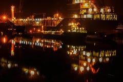 На порте, отражение корабля на ноче Стоковые Изображения
