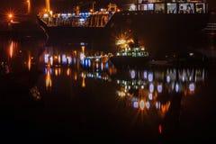 На порте, отражение корабля на ноче Стоковые Фото