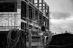 На построителях черно-белых фото говоря друг к другу стоковое фото rf