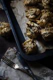 На подносе несколько оранжевых тортов homamade с сливк шоколада Стоковое Изображение RF