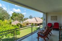 На празднике в Бали ослабляя на балконе стоковые фотографии rf