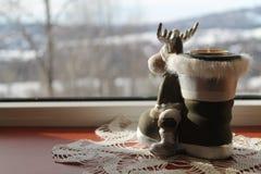 На предпосылке зимы, это украшение свечи северного оленя стоковое изображение