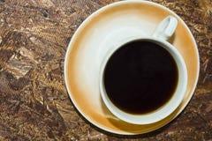 На предпосылке чашки кофе osb плиты стоковые изображения rf