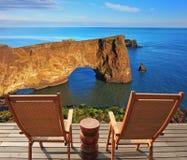 На прибрежном утесе поставленные loungers Стоковые Фото