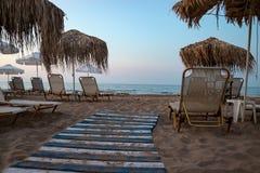 На пустом выравниваясь пляже стоковые фотографии rf