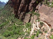 На пути к верхней части ангелов приземляясь след - взгляд над национальным парком Сиона, Юта, США стоковые изображения