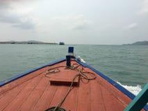 На пути к острову samet Koh местной деревянной шлюпкой - на Таиланде Стоковые Изображения RF