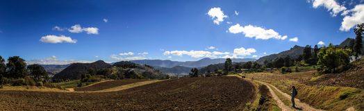 На пути к cerro Quemado, панорамному взгляду на окружающих полях и горах, Quetzaltenango, Гватемале стоковое изображение rf