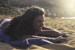 На пляже в солнечном дне Стоковое фото RF