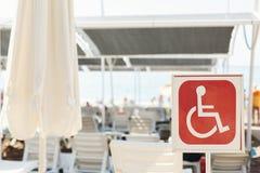 На пляже знак обозначая с ограниченными возможностями пятно Стоковая Фотография RF