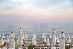На пляже на заходе солнца Стоковое Изображение RF