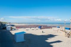 На пляже на Северном море в Бельгии, Фландрия стоковые изображения