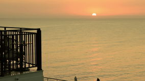 на пляже против восхода солнца видеоматериал