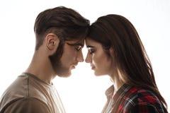 На равных Симпатичные пары наслаждаясь полезного временем работы закрытые глаза стоковые изображения
