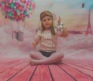 На ребёнке воздушного шара предпосылки красивом в шлеме полета Стоковые Фотографии RF