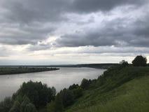 На реке перед дождем пришл стоковая фотография