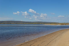 На речном береге Стоковые Фотографии RF