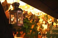 На рождественской ярмарке, теплая атмосфера стойла рынка стоковые фото