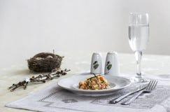 На салфетке таблицы с ветвями плиты vegetable тушёного мяса зеленого лука стеклянного вилки ножа и вербы с яичками триперстки пос Стоковые Изображения RF