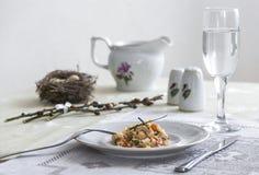 На салфетке таблицы с ветвями плиты vegetable тушёного мяса зеленого лука стеклянного вилки ножа и вербы с яичками триперсток пос Стоковые Изображения