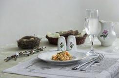 На салфетке таблицы с ветвями плиты vegetable тушёного мяса зеленого лука стеклянного вилки ножа и вербы с яичками триперсток пос Стоковая Фотография