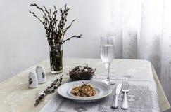 На салфетке таблицы с ветвями плиты vegetable тушёного мяса зеленого лука стеклянного вилки ножа и вербы с яичками триперстки пос Стоковые Фото