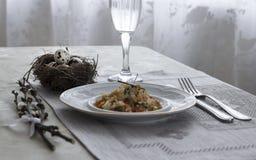 На салфетке таблицы с ветвями плиты vegetable тушёного мяса зеленого лука стеклянного вилки ножа и вербы с яичками триперстки пос Стоковое фото RF