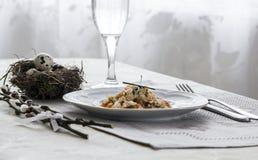 На салфетке таблицы с ветвями плиты vegetable тушёного мяса зеленого лука стеклянного вилки ножа и вербы с яичками триперстки пос Стоковая Фотография RF