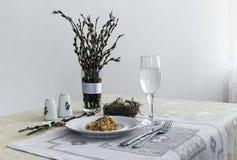 На салфетке таблицы с ветвями плиты vegetable тушёного мяса зеленого лука стеклянного вилки ножа и вербы с яичками триперстки пос Стоковое Изображение RF