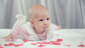 На сердцах красного цвета падения младенца сток-видео