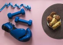 На сини и сантиметре летая гантелей предпосылки пинка вычисляйте свет перчатки коробки спорта мягкий против плиты с плюшками и пе Стоковые Изображения